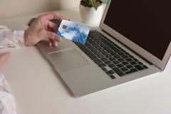 Frau, die online mit Kreditkarte kauft Lizenzfreie Stockfotografie