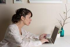 Frau, die online mit Kreditkarte kauft Stockfotos
