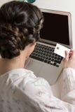 Frau, die online mit Kreditkarte kauft Stockfotografie