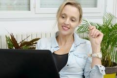 Frau, die online mit Kreditkarte und Laptop kauft Stockbild