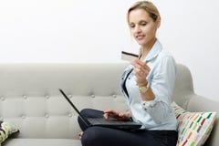 Frau, die online mit Kreditkarte und Laptop kauft Lizenzfreies Stockbild