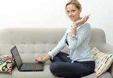 Frau, die online mit Kreditkarte und Laptop kauft Lizenzfreie Stockfotografie