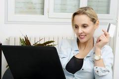 Frau, die online mit Kreditkarte und Laptop kauft Stockfotografie