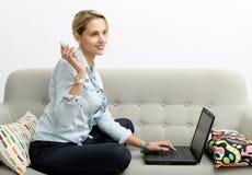 Frau, die online mit Kreditkarte und Laptop kauft Stockbilder