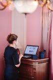 Frau, die online mit Laptop vom Haus kauft Lizenzfreie Stockbilder