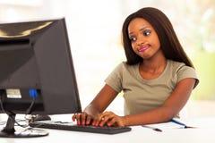 Frau, die online plaudert Stockfotos