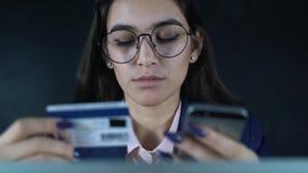 Frau, die Online-Zahlung mit Kreditkarte und Smartphone, on-line-Einkaufen, Lebensstiltechnologie leistet Mädchen betritt die Ban stock video