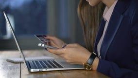 Frau, die Online-Zahlung mit Kreditkarte und Smartphone, on-line-Einkaufen, Lebensstiltechnologie leistet Mädchen betritt die Ban stock footage