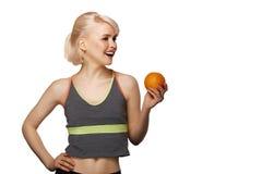 Frau, die Orange hält Lizenzfreie Stockfotos