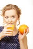 Frau, die Orange und Saft über Weiß hält Lizenzfreies Stockfoto