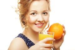 Frau, die Orange und Saft über Weiß hält Lizenzfreie Stockfotos