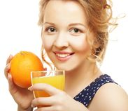 Frau, die Orange und Saft über Weiß hält Lizenzfreie Stockbilder