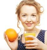 Frau, die Orange und Saft über Weiß hält Stockbild