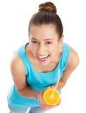 Frau, die Orangensaft trinkt lizenzfreie stockfotografie