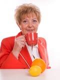 Frau, die Orangensaft trinkt Stockbild