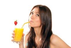 Frau, die Orangensaftcocktail trinkt Stockfoto