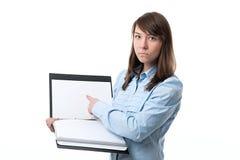 Frau, die Ordner mit Dokumenten hält Stockfotos