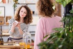 Frau, die organische skincare Produkte verkauft stockfotos