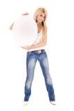 Frau, die ovale Anschlagtafel anhält Lizenzfreie Stockbilder