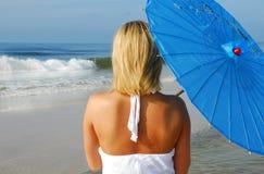 Frau, die Ozean betrachtet Lizenzfreies Stockbild