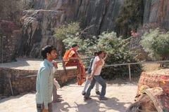 Frau, die in Palanquin in Indien geht stockfoto