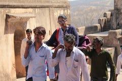 Frau, die in Palanquin in Indien geht lizenzfreie stockfotografie