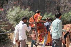 Frau, die in Palanquin in Indien geht lizenzfreie stockbilder