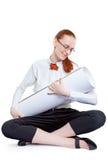 Frau, die Papiere schaukelt Stockfotografie