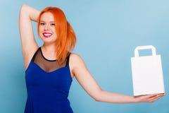 Frau, die Papiereinkaufstasche mit Kopienraum hält Stockfotos