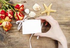 Frau, die Papierkarte in den schönen Händen hält Lizenzfreie Stockfotos