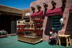 Frau, die Paprikapfeffer verkauft, wie in Santa Fe gesehen stockfoto