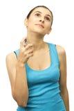 Frau, die Parfüm auf ihrem Hals anwendet Lizenzfreie Stockbilder