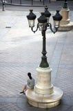 Frau, die in Paris wartet Stockfotografie