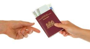 Frau, die Pass mit Geld gibt Stockfotos