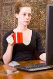 Frau, die an PC-Tastatur und -maus arbeitet. Lizenzfreie Stockfotografie