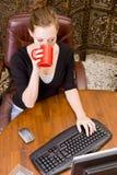 Frau, die an PC-Tastatur und -maus arbeitet. Lizenzfreie Stockbilder