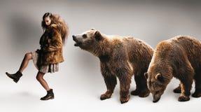 Frau, die in Pelzmantel mit zwei Bären geht Stockfoto