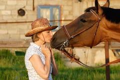 Frau, die Pferd küßt stockfotos
