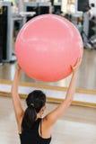Frau, die pilates Übungen tut Stockbilder