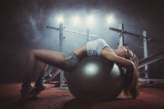 Frau, die Pilates Kugel ausübt Lizenzfreie Stockbilder