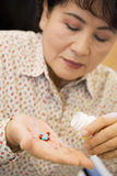 Frau, die Pillen nimmt Stockfotografie