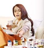 Frau, die Pillen und Tabletten hat. lizenzfreie stockfotografie