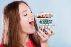 Frau, die Pillentabletten essend nimmt Drogenabhängige Lizenzfreies Stockbild