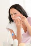 Frau, die Pimplereinigungs-Aknehaut zusammendrückt Lizenzfreie Stockbilder