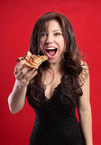 Frau, die Pizza isst stockfotografie