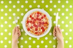 Frau, die Pizza isst Stockfotos