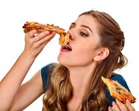 Frau, die Pizza isst Student verbrauchen Schnellimbiß auf Tabelle Stockfotografie