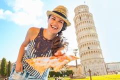 Frau, die Pizza vor Turm von Pisa gibt Stockfotos