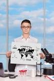 Frau, die Plakat mit chemischem Symbol hält Stockbilder