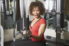 Frau, die Plankeübung tut Stockbild
